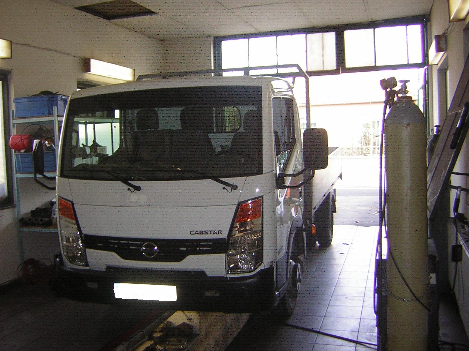 Nissan Cabstar platós tehergépjármű kipufogó szerelés, javítás